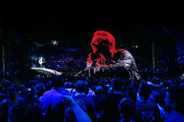 U2 > Gallery > U2 iNNOCENCE + eXPERIENCE Live in Paris